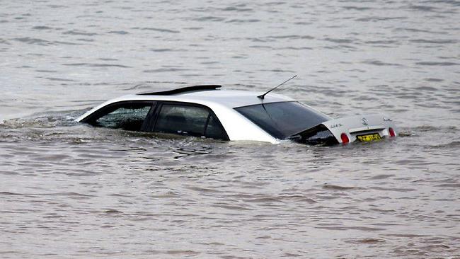¿Cómo actuar si caes con tu coche al agua?