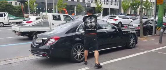 Se compra un Mercedes S63 AMG y lo destroza a 'palazos'
