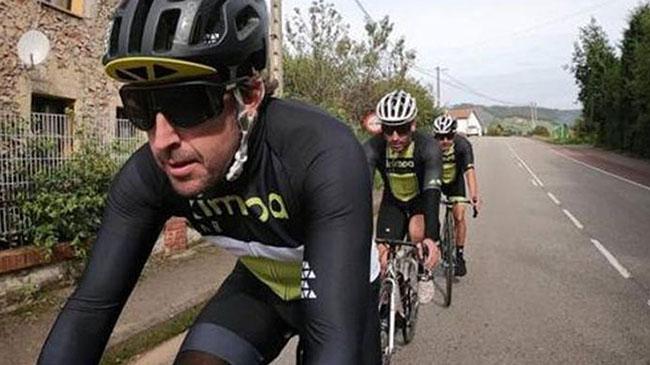 Atropellan a Fernando Alonso mientras entrenaba en bici: sufre lesiones en dientes y mandíbula