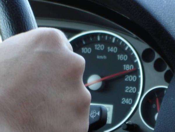 Imputado por grabarse conduciendo a 190 km/h con su hijo sin sujección