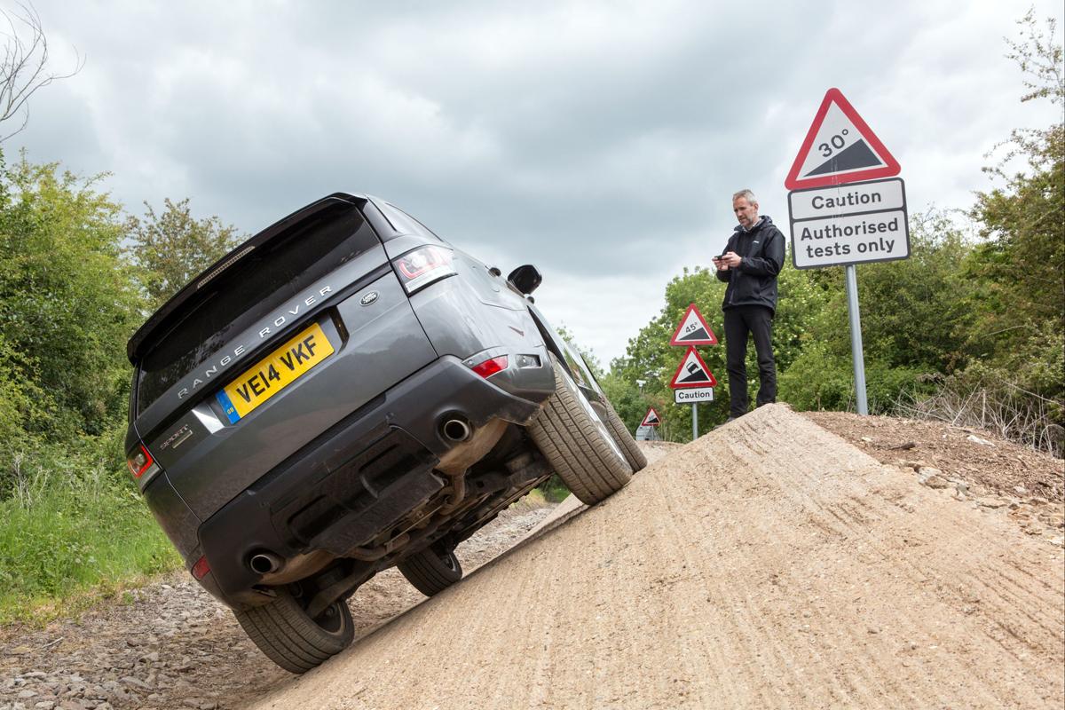Así de bien se mueve un Range Rover Sport ¡que se maneja por el móvil!
