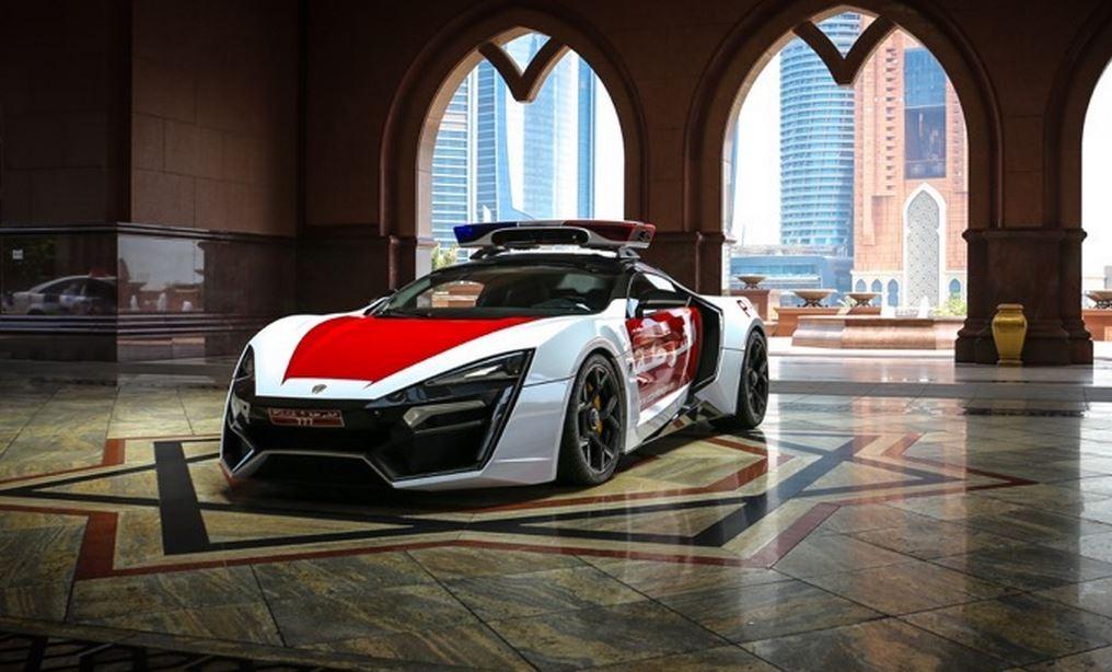La policía de Abu Dhabi se anuncia en su Lykan Hypersport