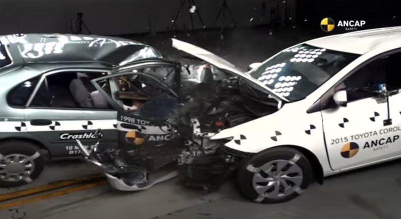 Esto es lo que pasa cuando chocan dos coches con casi dos décadas de diferencia