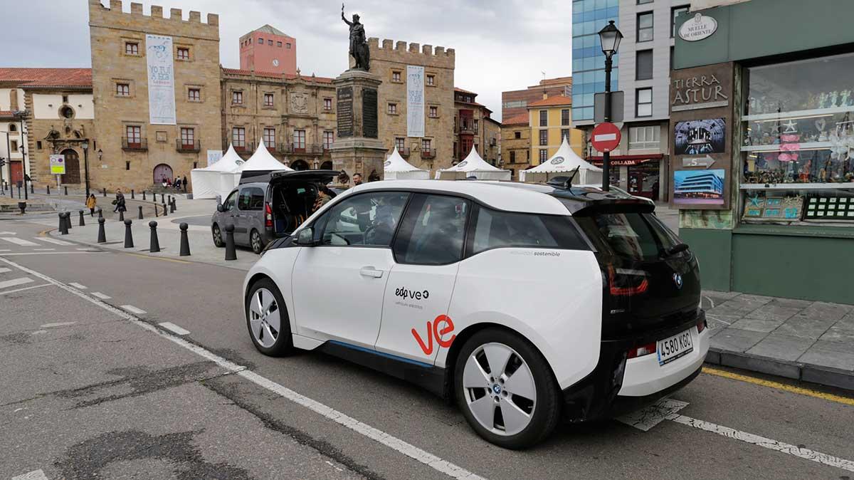 un vehiculo electrico circulando por gijon