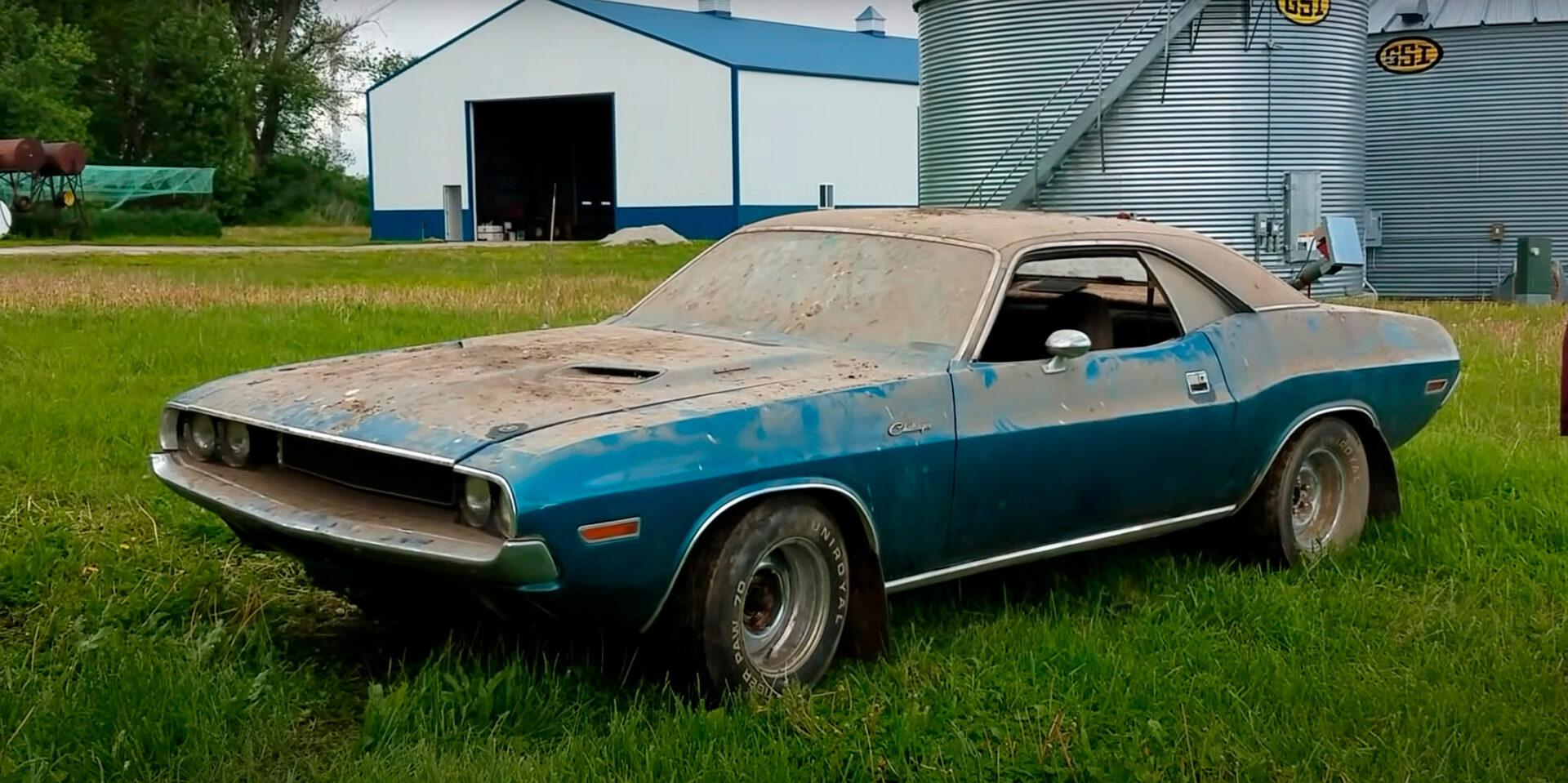Descubren un Dodge Challenger que llevaba 40 años abandonado en un establo
