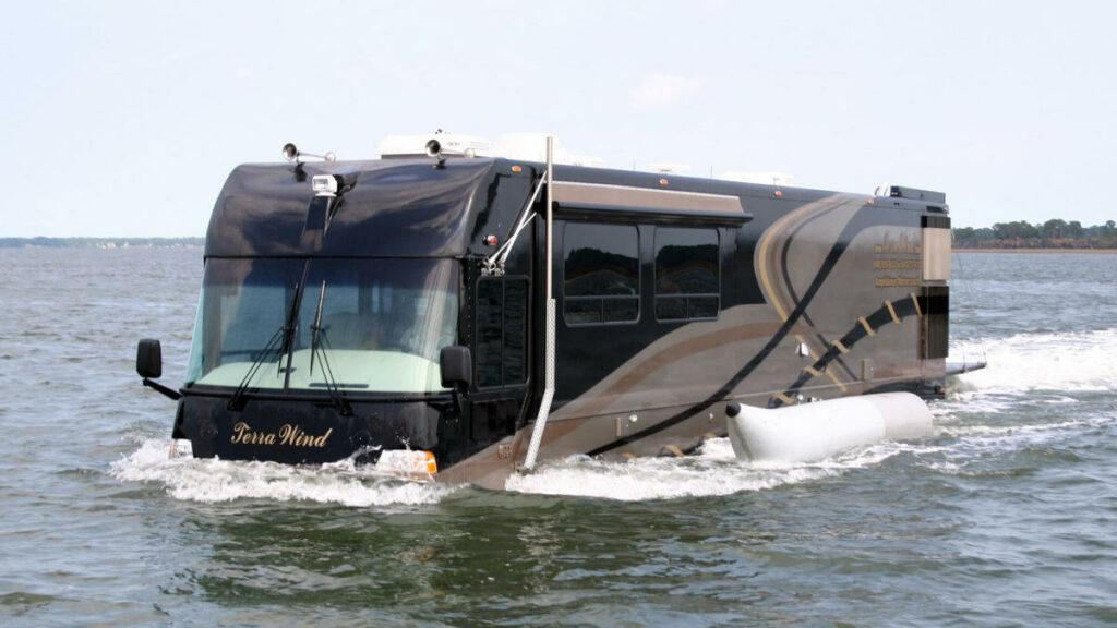 El Cami Terra Wind es una autocaravana anfibia, capaz de desplazarse por carretera y entornos acuáticos como lagos, ríos, grandes embalses…