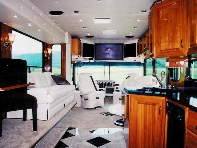 El interior se puede personalizar a medida con elementos como jacuzzi, cocina, varias camas, materiales de lujo... ¿El precio? La tarifa de este vehículo capaz de transportar cómodamente hasta ocho personas arranca en 850.000 dólares, equivalentes a 759.432 euros.