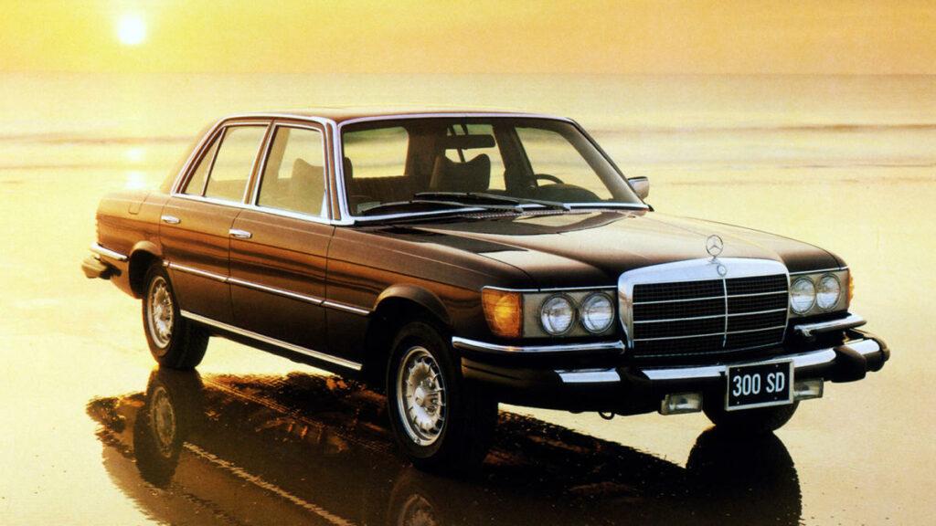 A finales de los años 70 Mercedes vende en el mercado americano y en Canadá el primer turismo con motor turbodiésel –Volvo ya había introducido este elemento en los camiones a mediados de los 50–.