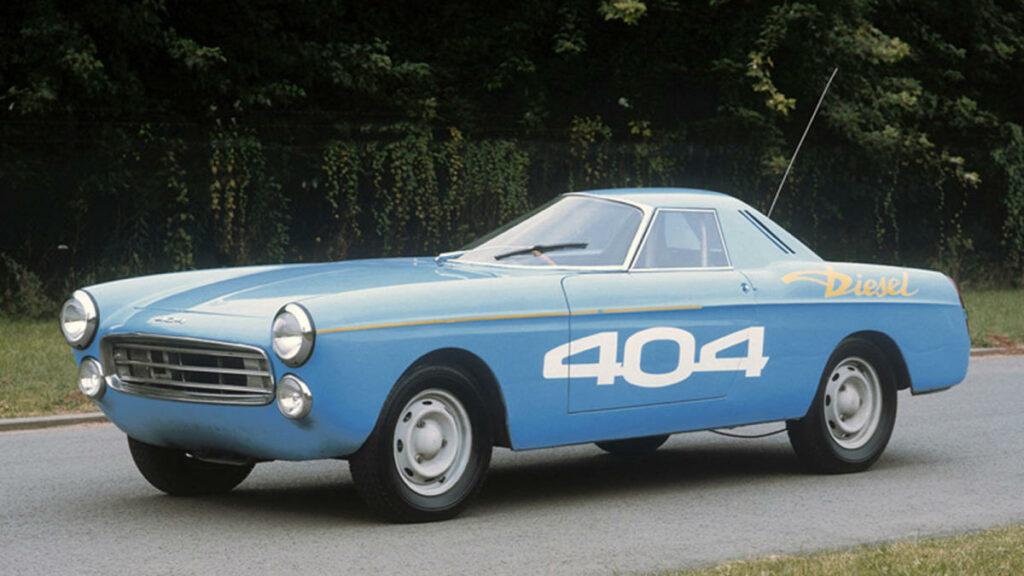 Este espectacular prototipo, desarrollado a partir del Peugeot 404 Cabrio, batió 22 récords de velocidad la noche del 4 al 5 de junio de 1965 en el circuito de Montlhery, al recorrer 5.000 km en algo más de 30 horas, equipado con un motor diésel especial de 2,3 litros.