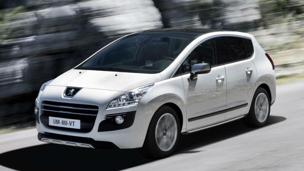 Aparecido en 2009, este Peugeot se convirtió en el primer diésel híbrido de la historia, al combinar un propulsor 2.0 HDI de 200 CV, conectado a las ruedas delanteras, con otro eléctrico de 37 CV conectado al eje trasero y que era capaz de desplazar al 3008 utilizando electricidad como combustible.
