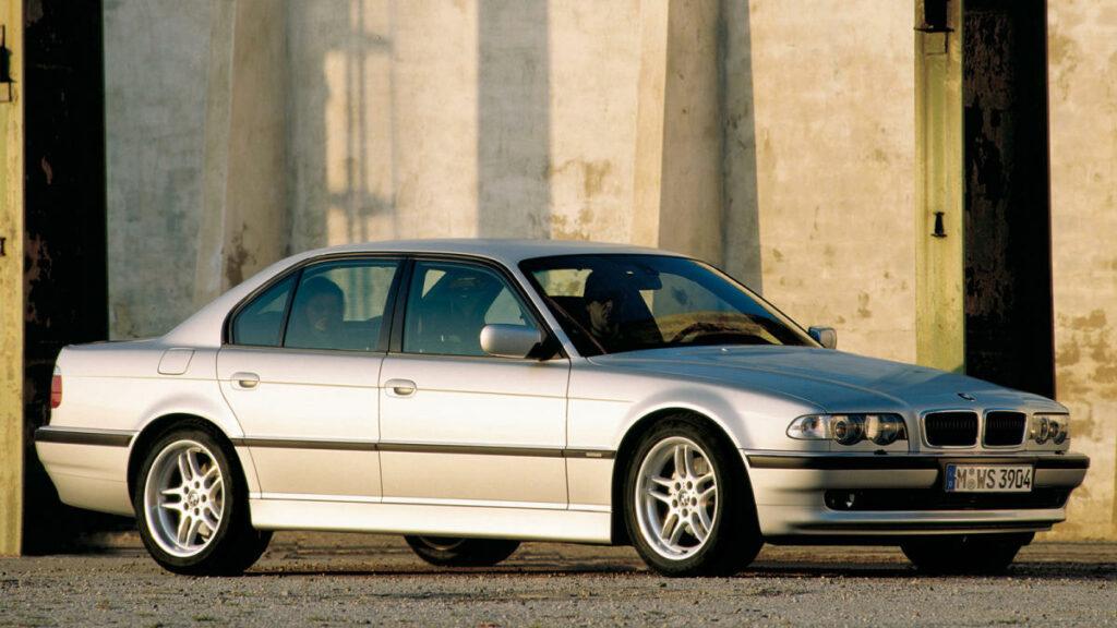 BMW fue el primer fabricante en ofrecer un motor V8 de ciclo diésel. Lo hizo con el 740d aparecido en el año 2000.
