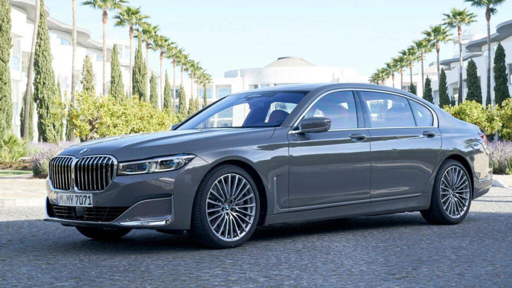 No es casualidad que este BMW Serie 7 sea el coche diésel que más rápido acelera del mercado. Y es que, su propulsor de 3,0 litros y 6 cilindros en línea, desarrolla la friolera de 400 CV... ¡gracias al empleo de cuatro turbocompresores¡