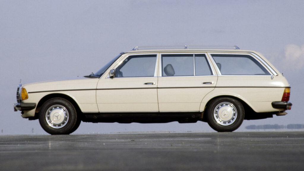 El Mercedes W123, uno de los antecesores del Clase E actual, iba una década por delante de los coches de su época en lo que a confort se refiere. Y también por sus mecánicas diésel. Concretamente su variante familiar 300 TD Se convirtió en el primer Mercedes Benz con motor turbodiésel que se comercializó en Europa... y en el primer automóvil de la historia que ofrecía unas prestaciones similares a las de su equivalente de gasolina.