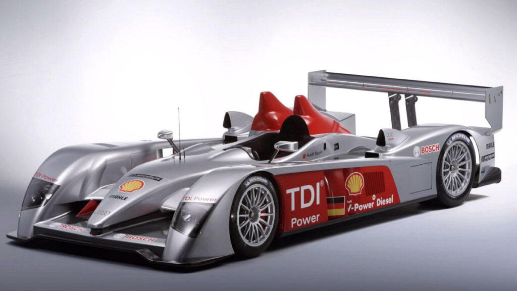 Este Audi conseguió uno de los mayor hito en la historia de los motores diésel en competición: vencer en las 24 Horas de Le Mans de 2006. Su motor 5.5 V12 rondaba los 700 CV de potencia y los 1.110 Nm de par máximo.
