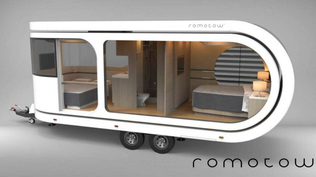 El Romotow Camper, dotado de un chasis de fibra de carbono y con capacidad para cuatro ocupantes, tiene baño, cocina dormitorio…