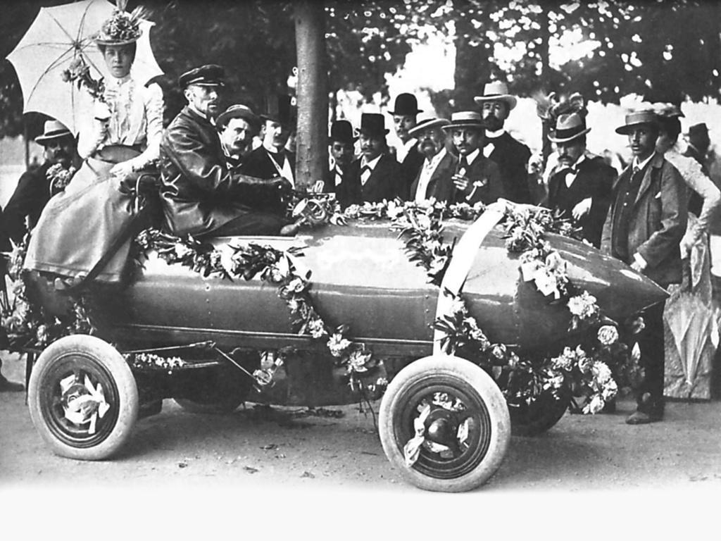 De hecho, el Jamais Contente fue el primer automóvil de la historia en superar los 100 km/h, llegando a alcanzar una velocidad máxima de 105,88 km/h.