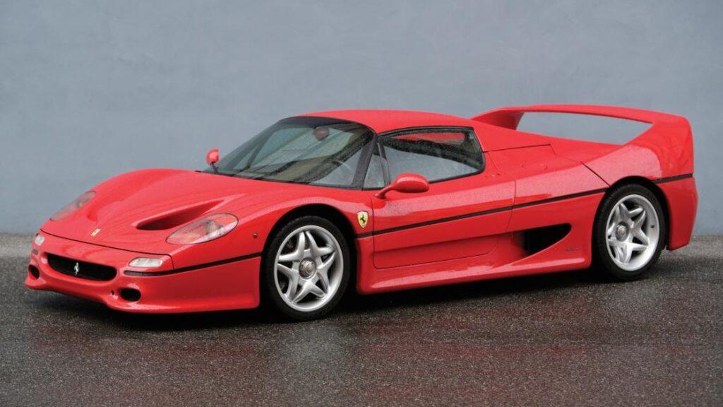 Cuando Luca Cordero di Montezemolo presentó el Ferrari F50 en 1995, lo hizo apelando a un concepto: el de 'transferencia'. Y es que, el objetivo del Ferrari F50, del que tan solo se fabricarían 349 unidades era muy claro: ser el primer coche de calle capaz de transmitir a su conductor sensaciones de F1.