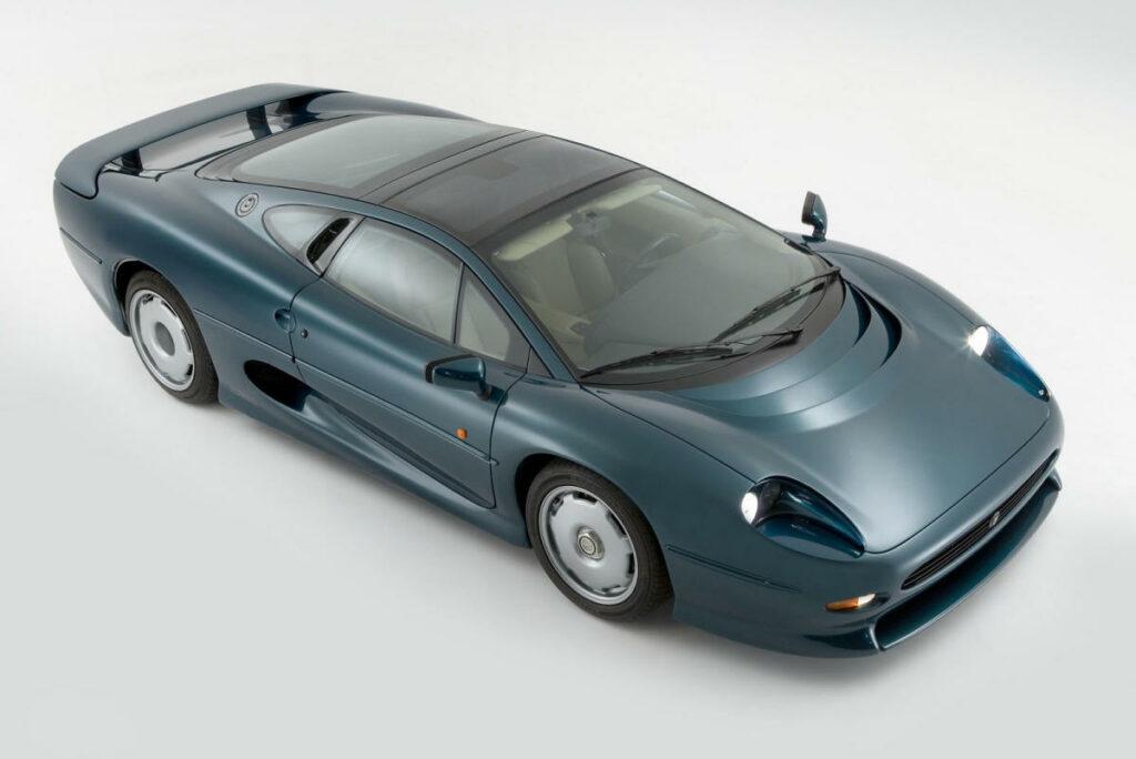 Impulsado por un motor 3.5 V6 biturbo de gasolina, con 550 CV de potencia, el Jaguar XJ220 llegó a ostentar el honor de ser el coche de calle más rápido del mundo.