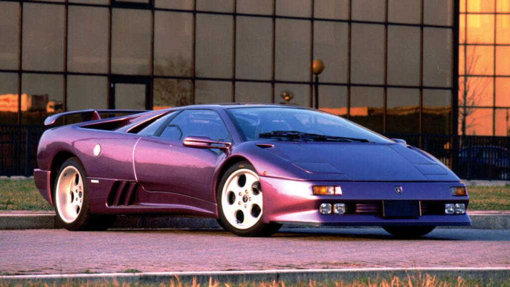 Entre 1990 y 2001, la marca italiana tan solo construyó 3.000 ejemplares del Diablo, de los que 80 correspondieron a la versión GT. Y, aunque también hubo una versión GTR, de 590 CV, todavía más radical, no la hemos incluido en esta lista porque únicamente estaba homologada para rodar en circuito.