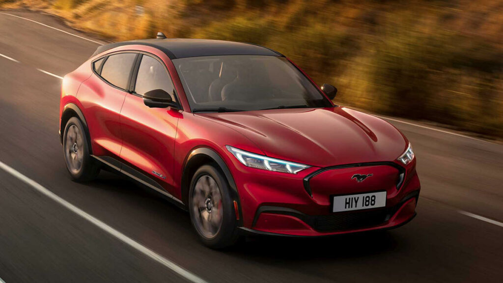 Rival de modelos premium como Audi e-tron, Mercedes EQC, Jaguar I-PACE o los Tesla Model X y Model Y, el Mustang Mach-E es un todocamino de claro enfoque deportivo y autonomía muy elevada, hasta 600 km. El escalón de acceso a la gama es la versión de tracción trasera RWD y autonomía estándar (450 km); en este caso desarrolla una potencia de 190 kW (258 CV), acelera de 0 a 100 km/h en menos de 8 segundos y alcanza una velocidad de 180 km/h. Por otra parte, los consumidores pueden escoger la variante de autonomía extendida, con 210 kW (285 CV), capaz de recorrer 600 km con una sola recarga. También se puede optar por la tracción total AWD.