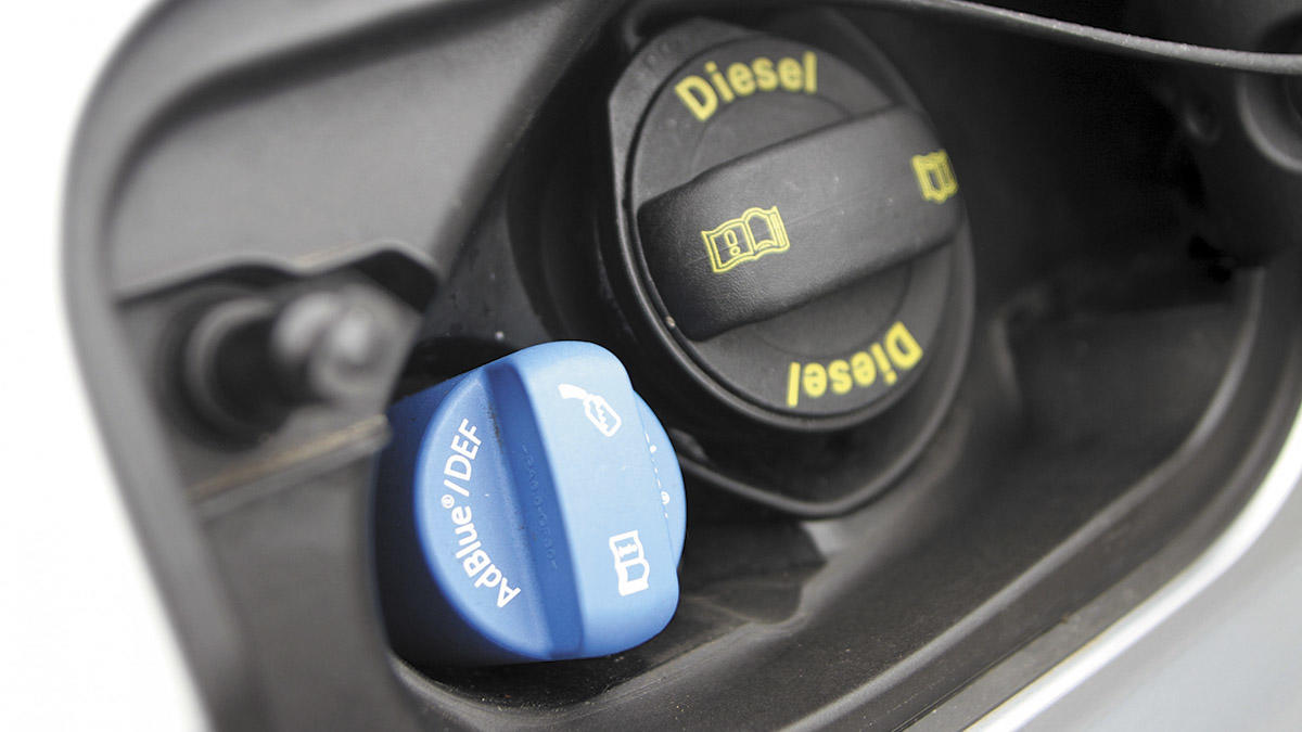 Se trata de un aditivo que permite neutralizar los óxidos de nitrógeno que generan los motores diésel. En Europa, comenzaron a utilizarlo los camiones hacia 2005, y Mercedes lo lanzó en EE.UU. en 2006. Podemos establecer 2009 como el año en el que comenzaron a popularizarse los sistemas de AdBlue en nuestros vehículos: con la entrada en vigor de la norma Euro VI, se convirtieron en un sistema casi obligatorio para todos los motores diésel de dos o más litros de cilindrada.