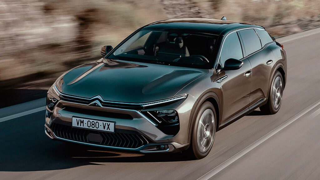 El C5 X es el descendiente directo de los XM y C6 (dos modelos que también podrían estar en esta lista) y la última muestra de que para Citroën todavía queda mucho terreno por explorar en el mundo del automóvil. De hecho, no hay un modelo igual en el mercado.