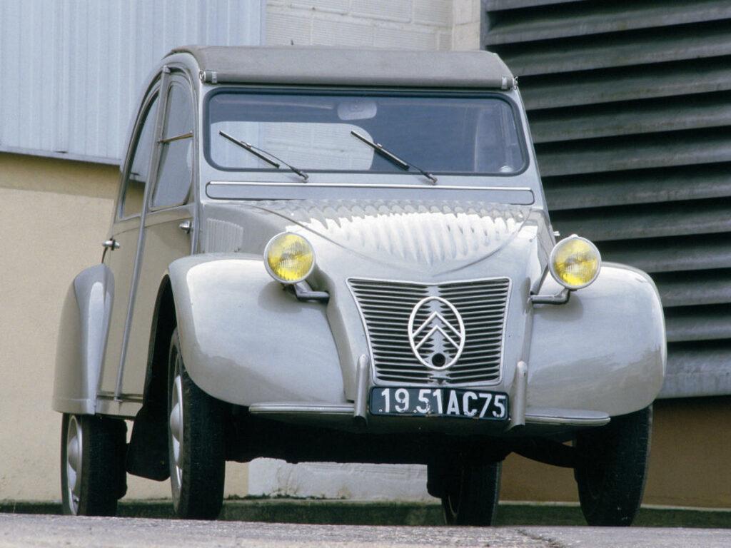 """Es el Citroën más vendido, el más icónico y, probablemente, el Citroën más Citroën de la historia. Conocido popularmente como  """"la cabra"""", """"la burra"""" o """"la Citroneta"""", el principal motivo de su diseño, fue el pliego de condiciones que el presidente de Citroën, Pierre Boulanger, hizo a sus ingenieros."""