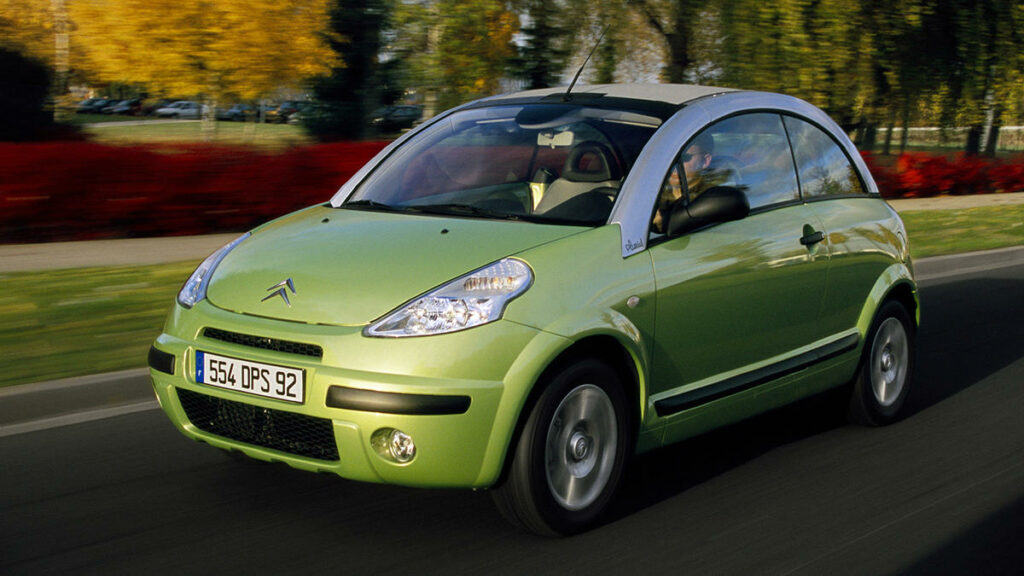 Si ya hemos dicho que el Citroën 2 CV y el Mehari son dos de los más Citroën más originales, ¿qué pasaría si ya en el siglo XXI alguien decidiera fusionarlos en un único coche? La respuesta es el Citroën C3 Pluriel, un coche transformer al que la propia marca definía en un anuncio de televisión como cabrio, berlina, pick up y spider.