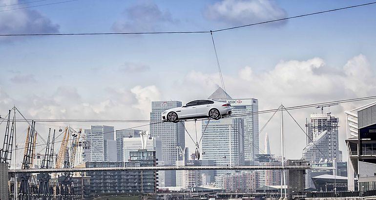 El Jaguar XF se exhibe cruzando Támesis sobre dos cables de acero
