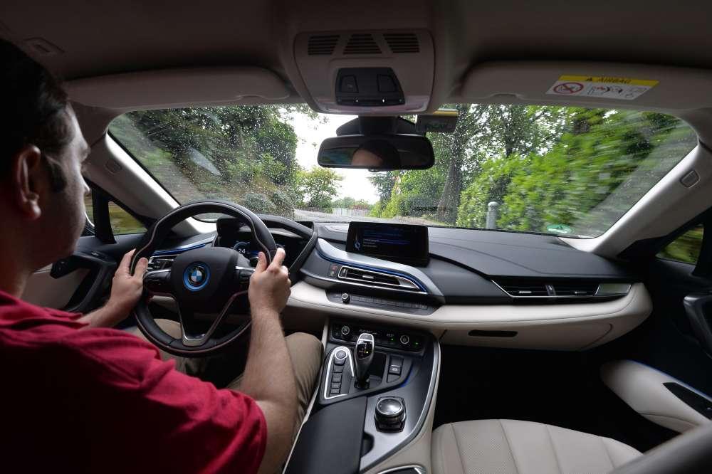BMW i8: nos subimos a su interior y te lo enseñamos