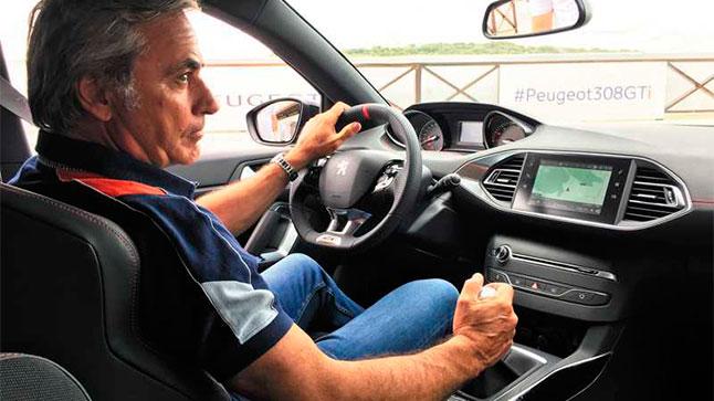 Carlos Sainz prueba el Peugeot 308 GTI
