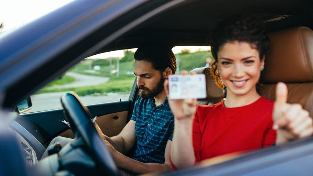El carnet de conducir pierde interés para los jóvenes: el elevado coste hace que se decanten por otras formas de movilidad