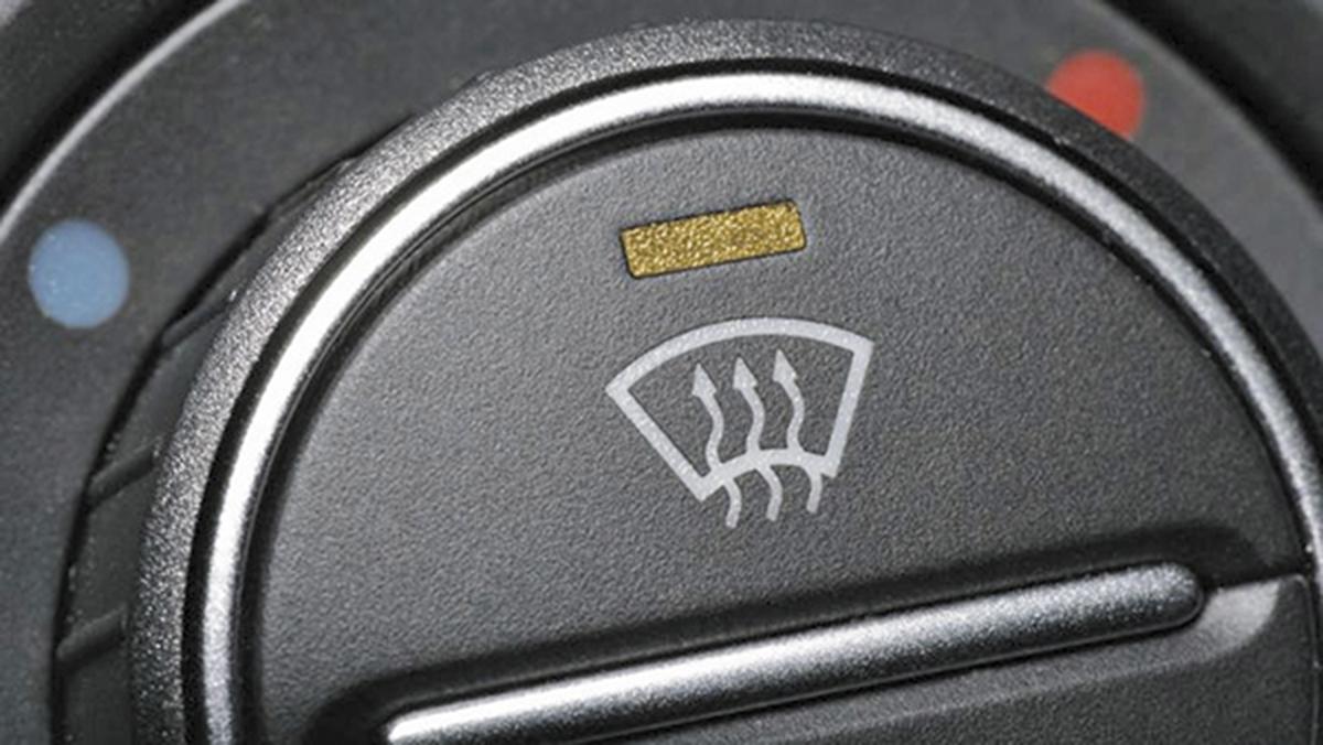 Para desempañar los cristales, ¿cómo activo el climatizador de mi coche?