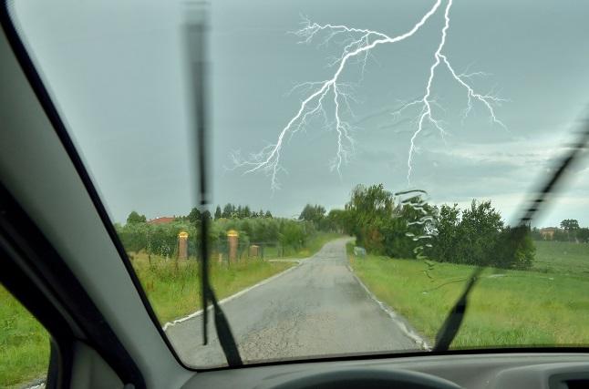 consejos para conducir bajo la tormenta
