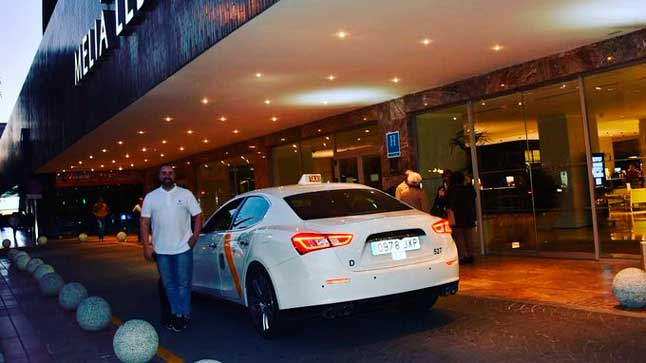 El Taxi Maserati de Sevilla sale ardiendo y queda destrozado