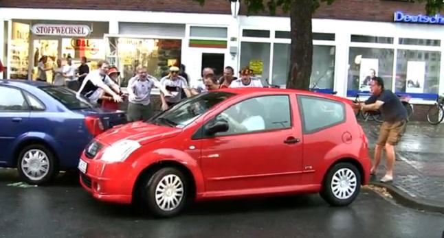 hinchas mujer aparcando