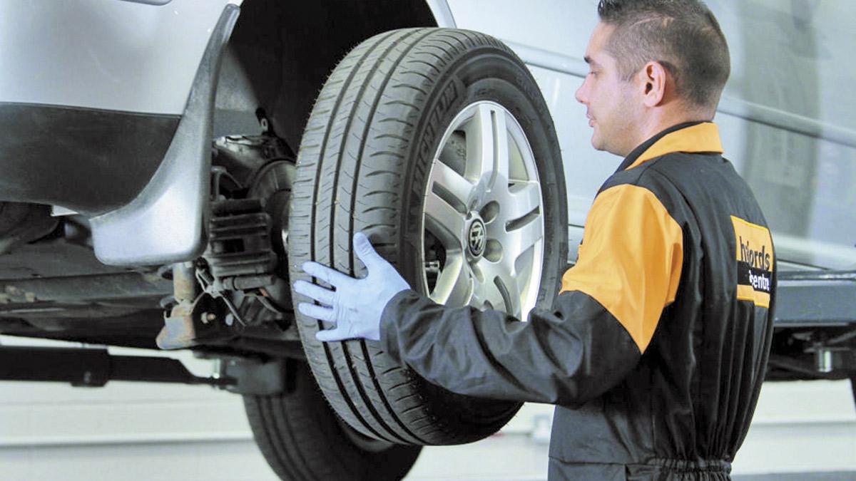 ¿Puede llevar un coche neumáticos de todo tiempo en un eje y de verano en otro?