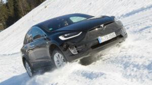 Fotos de la tracción total Tesla en nieve