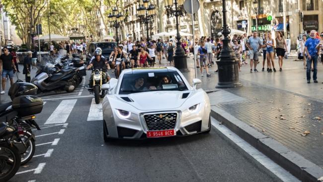 El espectacular Hispano Suiza Carmen rueda por la calles de Barcelona