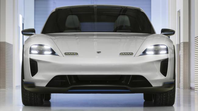 Porsche allana el camino hacia la electrificación con el Mission E Cross Turismo