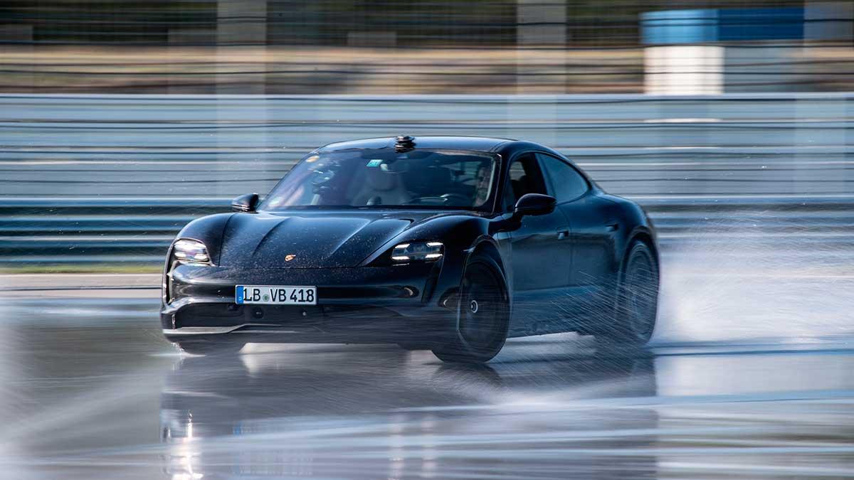 El Porsche Taycan 2020 establece un nuevo récord Guinness haciendo drifting