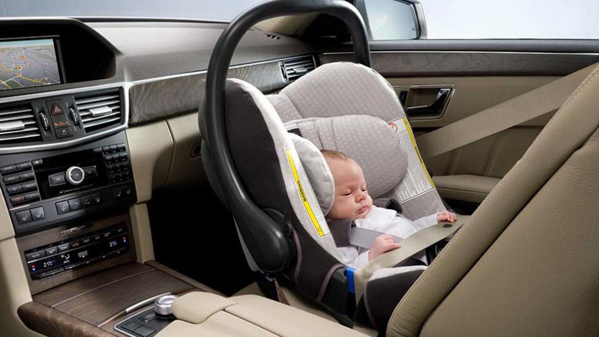 ¿Pueden los niños viajar en el asiento delantero?
