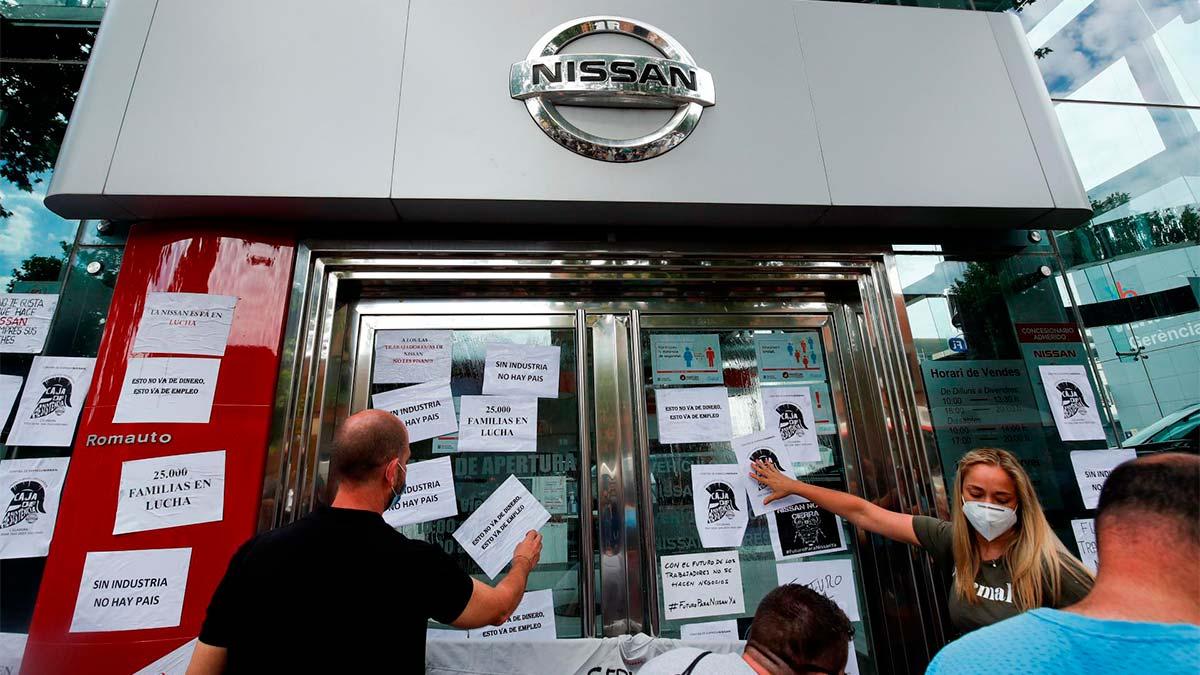 trabajadores nissan pegan carteles cierre plantas barcelona escaparate concesionario marca nipona
