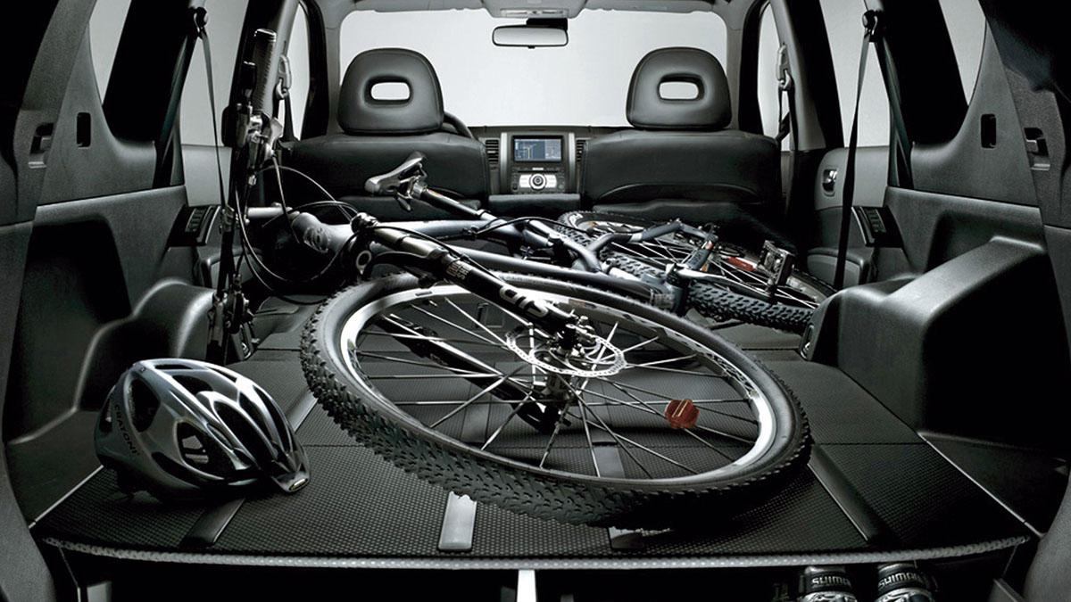 ¿Puedo abatir uno de los asientos traseros para incluir carga en el habitáculo?
