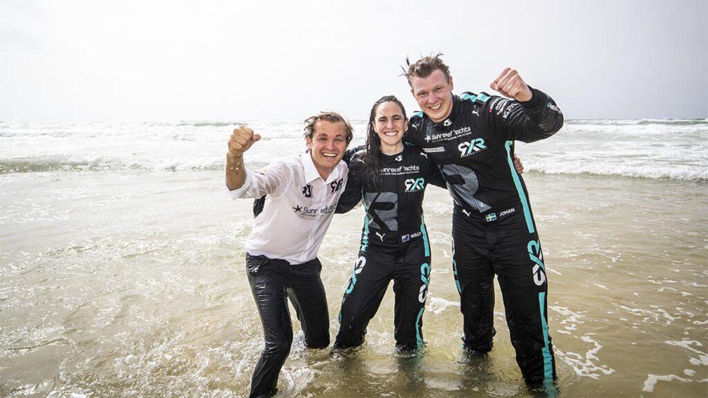 Nico Rosberg, Molly Taylor y Johan Kristoffersonn celebran su victoria en Senegal.