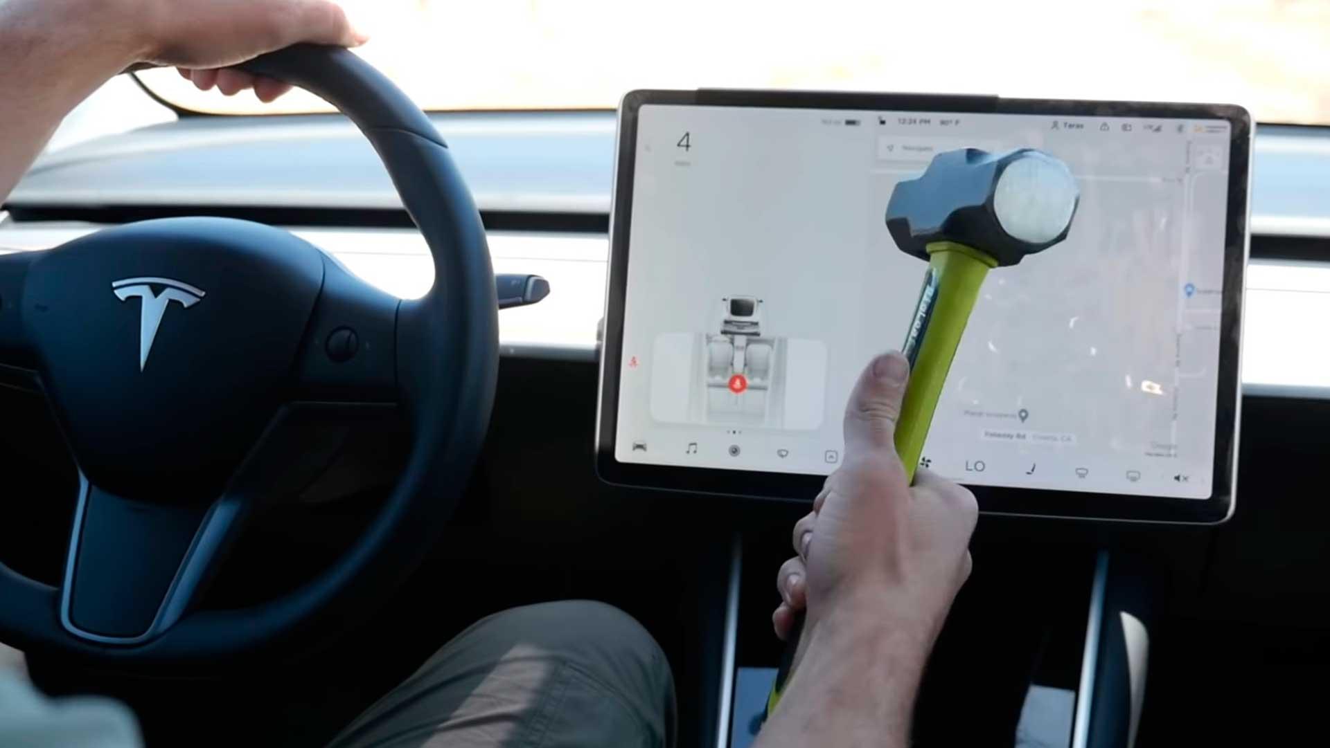 Tesla Model 3: ¿funcionará su pantalla después de unos martillazos en plena marcha?