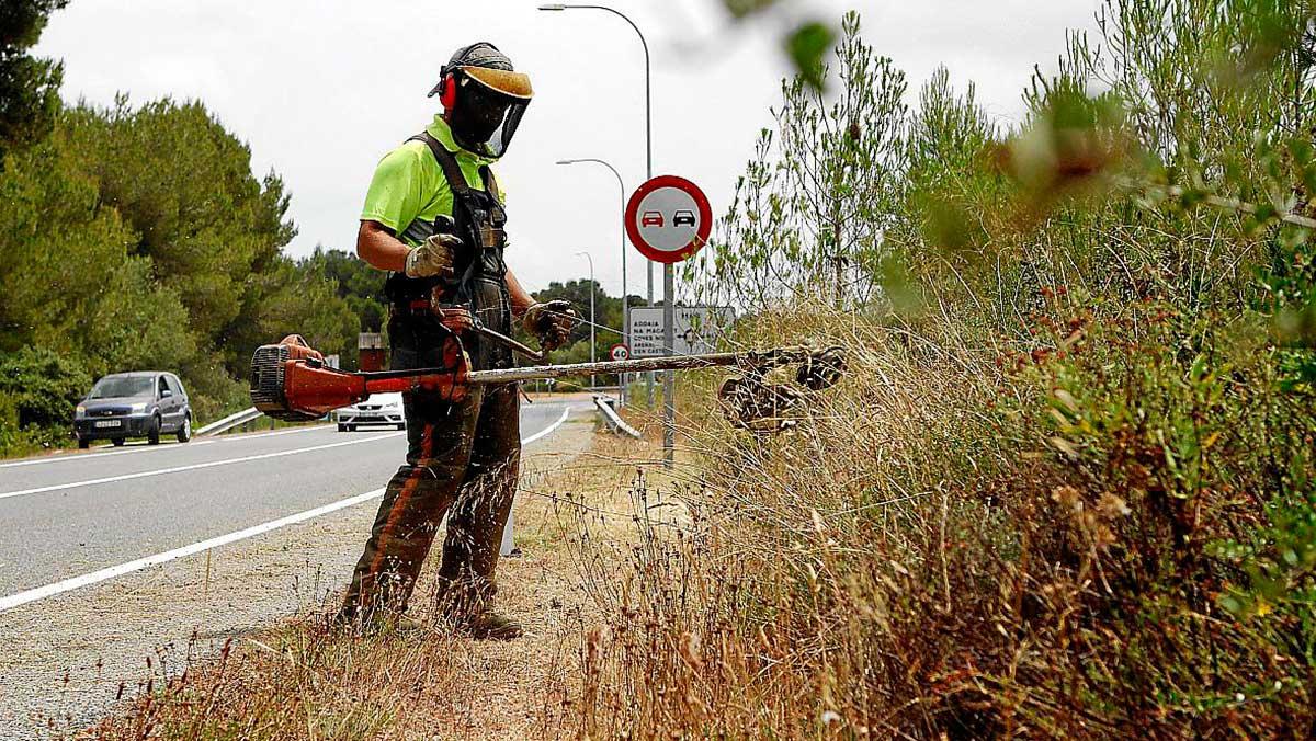 Acex pide a la DGT crear una señal para indicar de la presencia de operarios en la carretera
