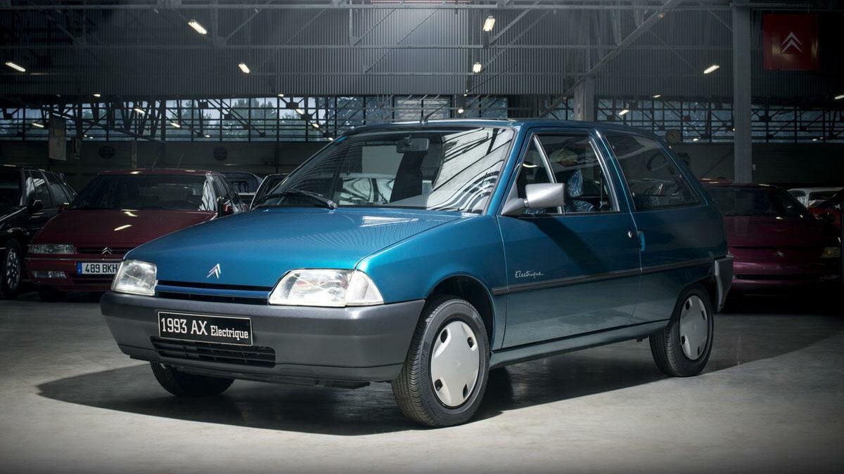 En los años 90, el Grupo PSA era el fabricante europeo puntero en lo que a los vehículos eléctricos respecta… y el AX fue uno de sus modelos más populares. Desde el punto de vista técnico, empleaba un motor eléctrico Leroy Sommer, que desarrollaba una potencia equivalente a 27 CV y le permitía alcanzar 91 km/h de velocidad máxima.