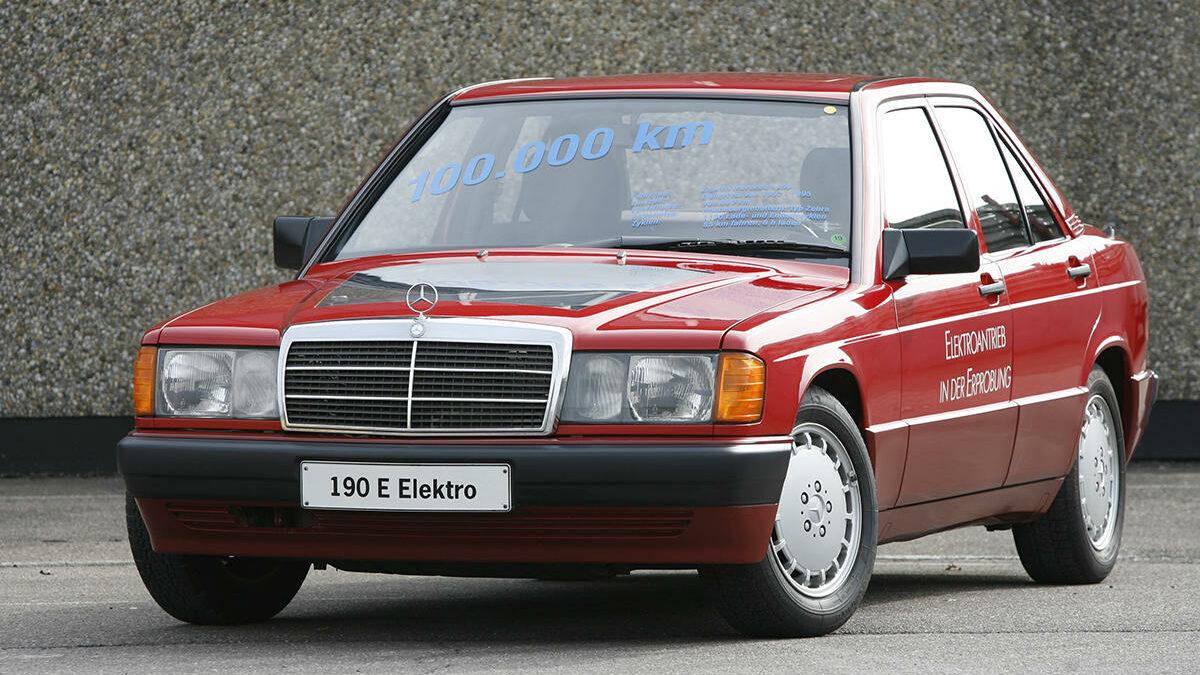 Este Mercedes 190 W201, denominado Elektro, data del año 1990 y surgió como un proyecto dentro del área de experimentación de Mercedes-Benz, con el que se quería comprobar el rendimiento de los componentes de un coche eléctrico en situaciones reales. Tal es así, que algunos prototipos de este 190 se utilizaron como taxi y llegaron a recorrer 100.000 kilómetros, en un año.