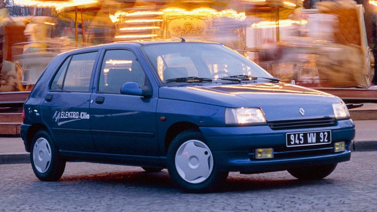 En 1995 Renault lanzaba el Clio Electique, una versión eléctrica de la primera generación del Renault Clio, desarrollada en colaboración con Siemens, que contaba con unas prestaciones muy modestas. Sus baterías de níquel cadmio pesaba 298 kilos y únicamente le permitían recorrer entre 70 y 90 kilómetros por recarga, en función de la conducción. Por lo demás, este Clio alcanzaba 95 km/h de velocidad máxima y pasaba de 0 a 50 en 8,5 segundos. En total, se fabricaron 253 unidades  que se vendieron a un precio equivalente a 23.000 euros (más del doble que un Clio con motor térmico similar).